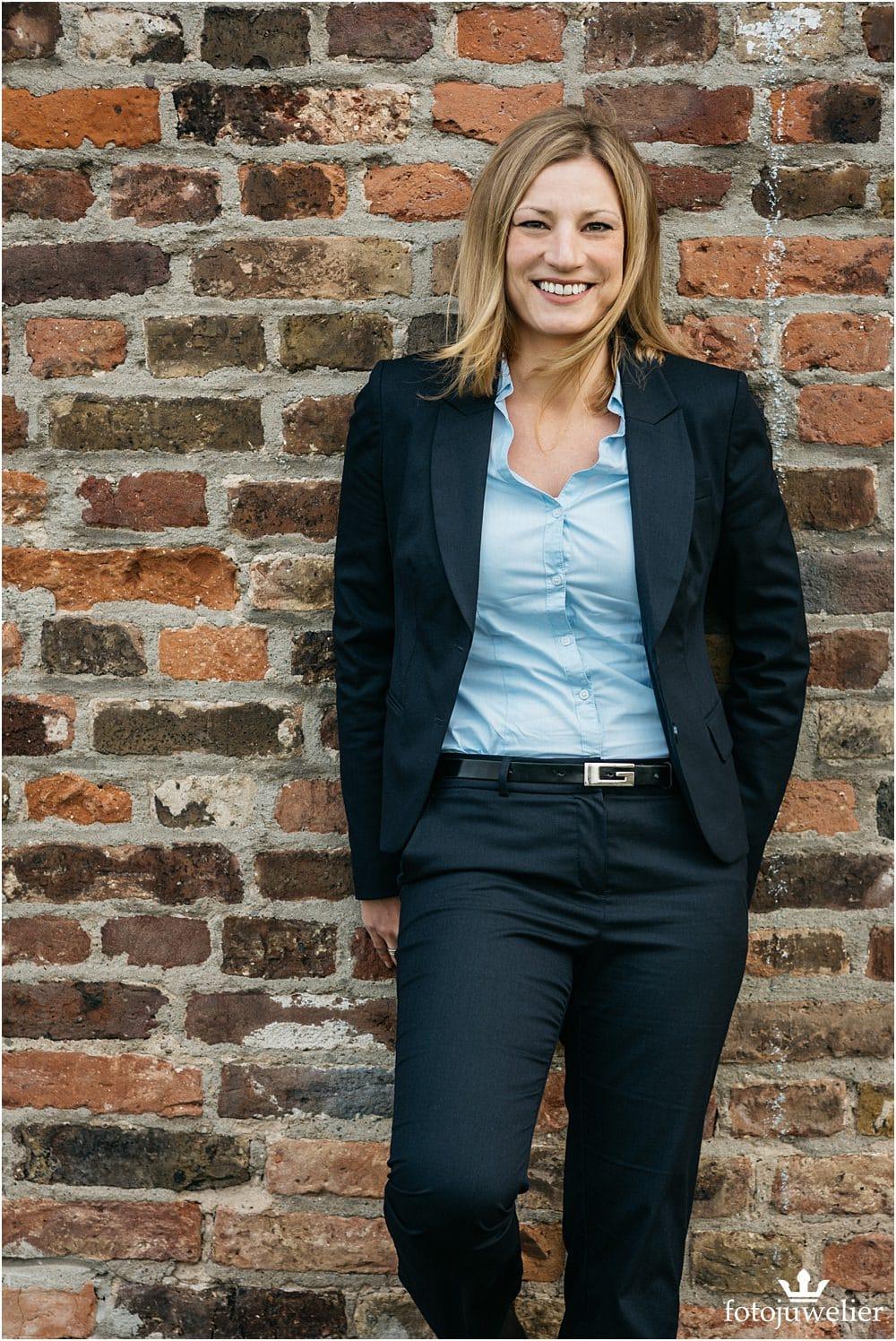 Businessfotos Köln - Frau mit Blazer Outdoor